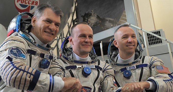 Nespoli, Ryazanskiy e Breznik dopo aver passato le prove pre-lancio alla Città delle Stelle