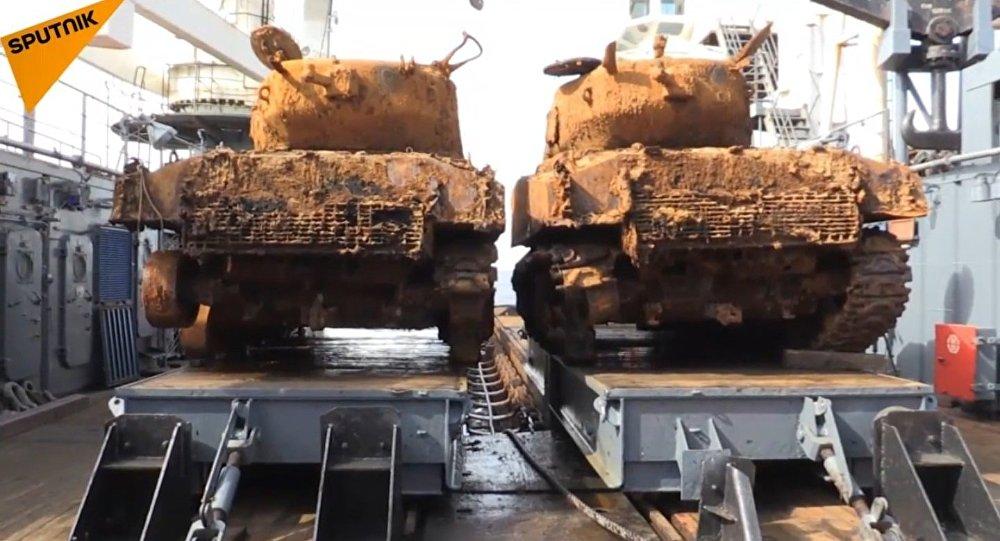 Due carri armati americani della Seconda guerra mondiale sono stati portati in superficie dalle profondità del Mare di Barents dove giacevano presumibilmente dal 1945.