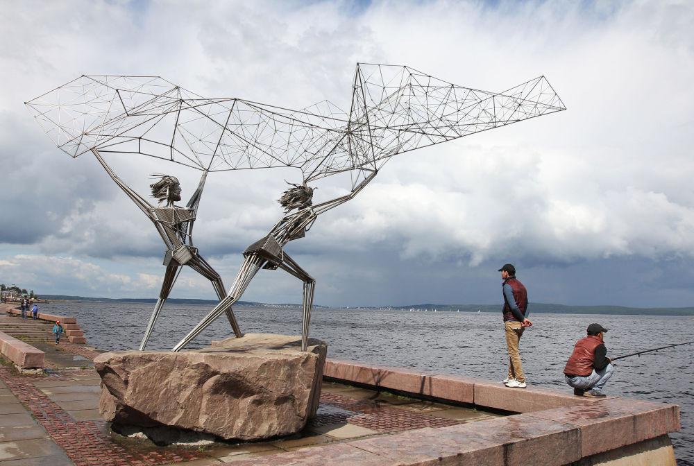 La scultura Pescatori sulle rive del lago Onega a Petrozavodsk