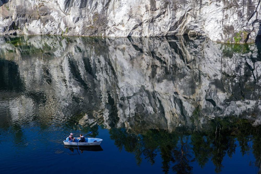 Il canyon di marmo nel fiume montano Ruskeala.