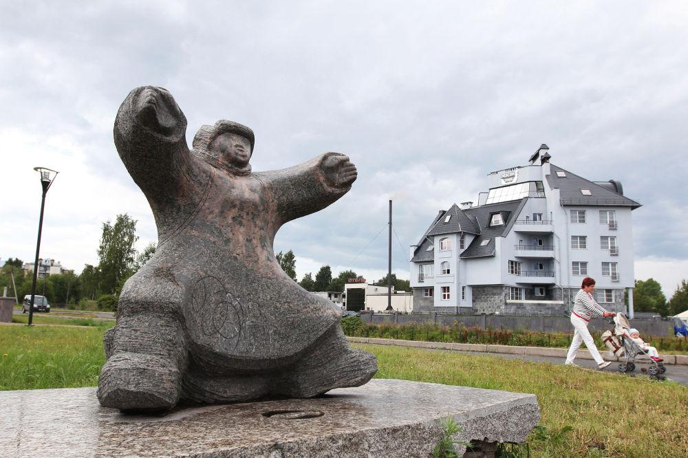 La scultura Uomo Nordico sulle rive del lago Onega a Petrozavodsk.