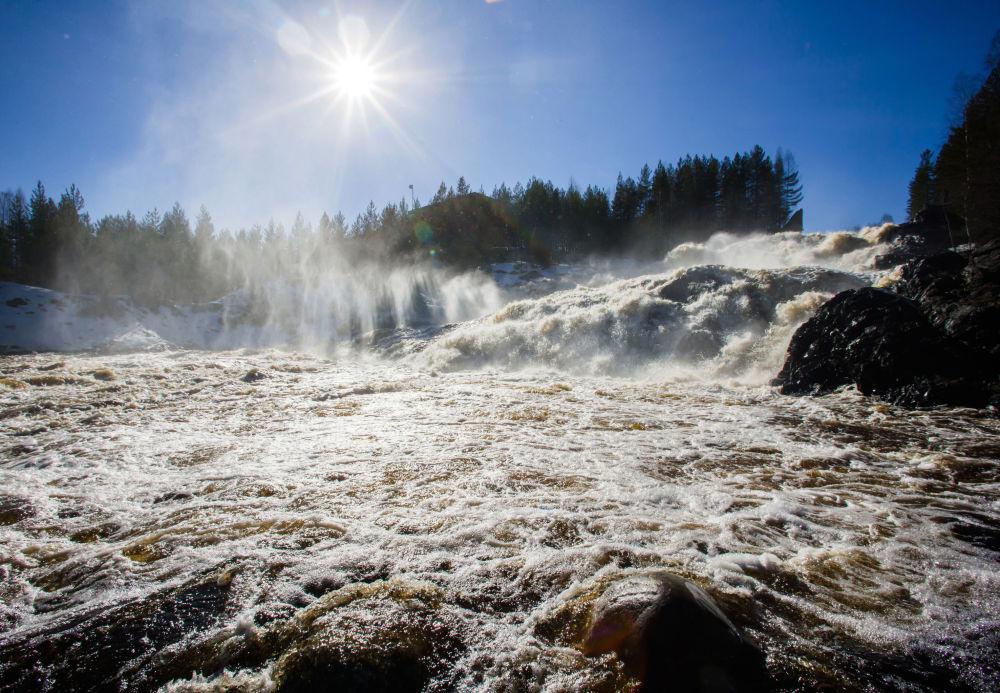 La cascata Girvas sul fiume Suna in Carelia