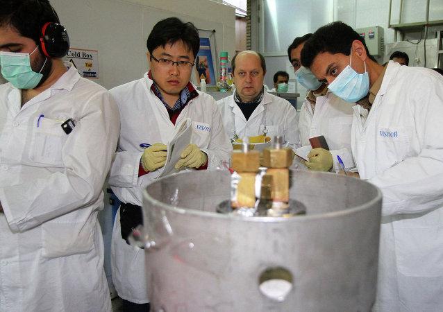 Ricercatori in una centrale nucleare