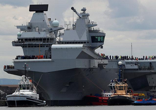 La più grande nave militare britannica, la portaerei Queen Elizabeth