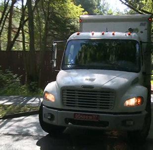 Le auto dell'ambasciata USA lasciano il territorio della dacia nel Serebryanij Bor