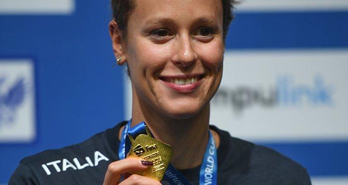 Federica Pellegrini con la medaglia d'oro vinta a Mosca nei 400m stile libero in vasca corta
