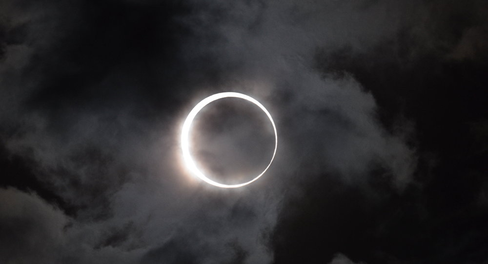 Eclissi parziale di luna al tramonto di lunedì