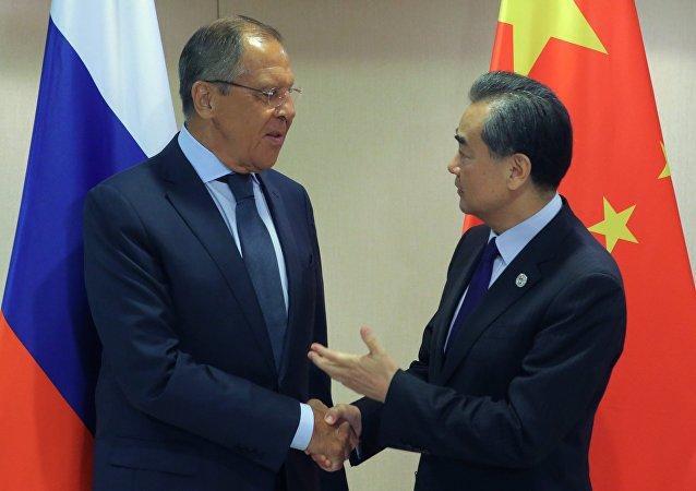 Ministri degli Esteri di Russia e Cina: Sergey Lavrov e Wang Yi (foto d'archivio)