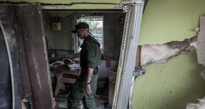 Miliziano DNR in casa distrutta nel Donbass