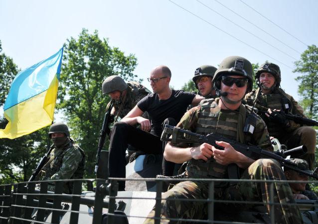 Il premier ucraino Arsenij Yatsenyuk con i militari  americani durante le esercitazioni congiunte Fearless Guardian - 2015 in Ucraina