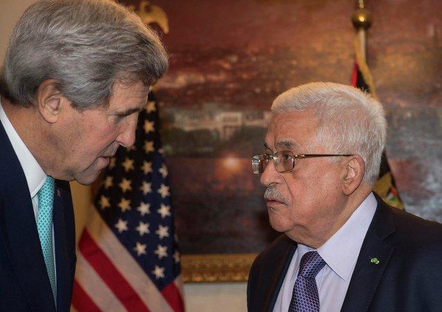 Il Segretario di Stato americano John Kerry e il presidente di Palestina, Mahmud Abas nel 2014