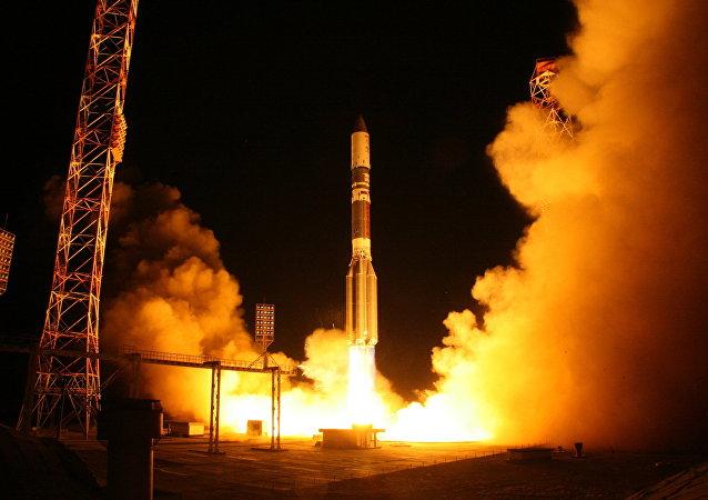 """Razzo vettore """"Proton-M"""" porta in orbita satellite militare russo"""