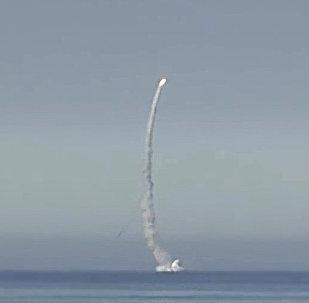 Missile Kalibr lanciato da sottomarino in immersione.