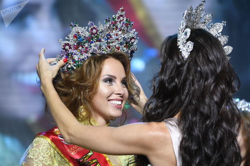 Polina Dibrova, la vincitrice del concorso panrusso Mrs. Russia 2017.