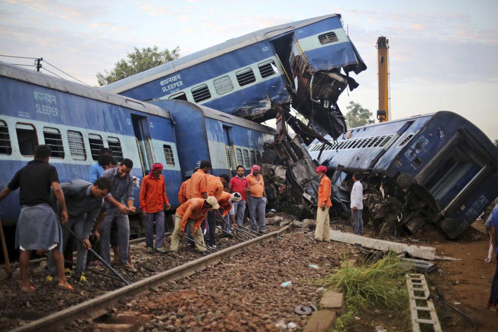 Dopo il deragliamento del Kalinga-Utkal Express vicino a Khatauli, India.