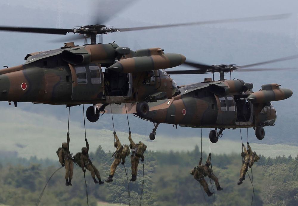 I soldati delle truppe terrestre di autodifesa giapponesi sbarcano dagli elicotteri UH-60 Black Hawk durante le esercitazioni a Gotemba, Giappone.