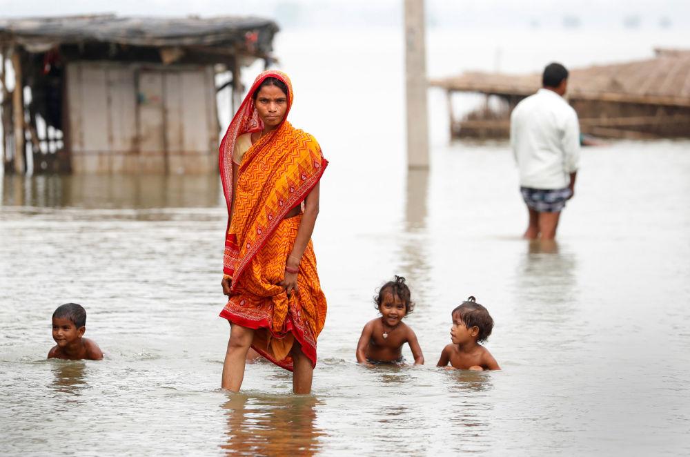 Una donna nel villaggio inondato di Motihari, India.