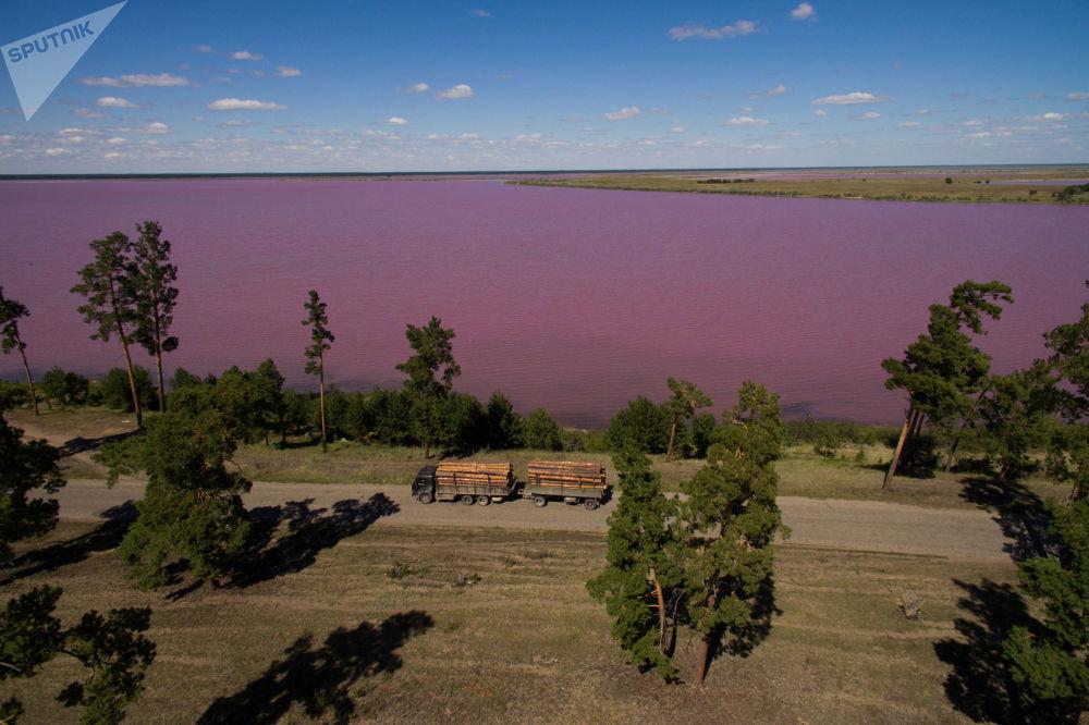Veduta del lago salato-amaro Malinovoe nella regione dell'Altai.