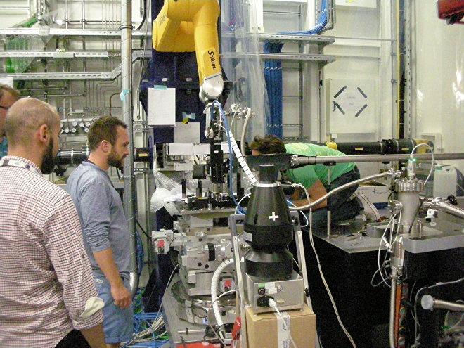 La squadra sotto la guida del dottor Christian Bressler che configura i raggi laser nel cosiddetto Hutches