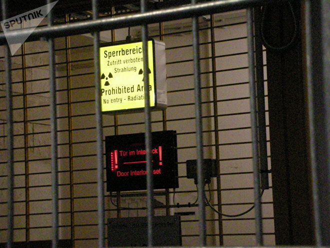 FXE è rivestita di piombo e ha le dimensioni di un piccolo ufficio. Qui gli scienziati durante gli esperimenti non possono sostare a lungo per l'intensa emissione di raggi x e ci sono molti cartelli con le segnalazioni.
