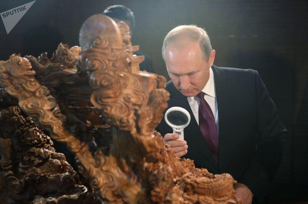 Il presidente russo Vladimir Putin alla mostra del patrimonio culturale cinese a Xiamen.