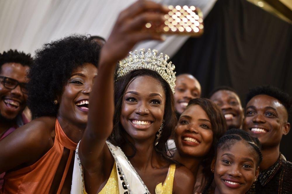 La Miss Haiti 2017 Cassandra Chery fa un selfie con gli amici e ammiratori a Port au Prince.