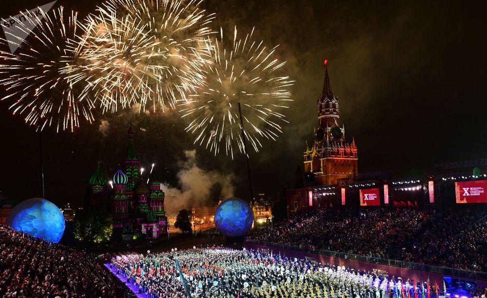 La cerimonia di chiusura del 10° Festival delle orchestre militari Torre Spasskaya a Mosca.