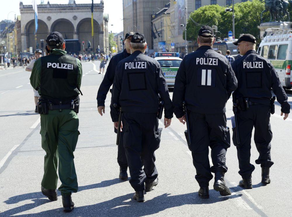 I poliziotti durante le proteste contro il prossimo vertice G7 a Monaco
