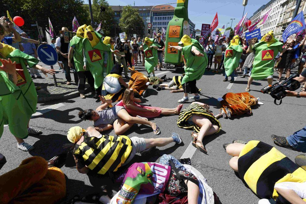 I dimostranti in costumi durante le proteste contro il prossimo vertice G7 a Monaco