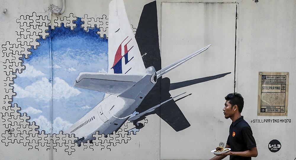 Un murales sul volo MH-370 a Kuala Lumpur in Malesia