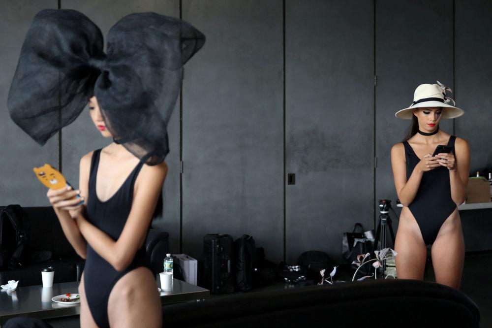 Le modelle dietro le quinte durante la settimana di moda a New York.