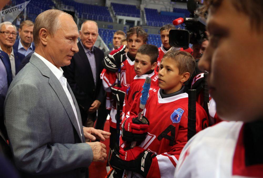 Vladimir Putin con gli hockeisti delle squadre dell'URSS e del Canada, che hanno partecipato alla famosa Canada-USSR Series nel 1972, parla con i giovani hockeisti a Sochi.