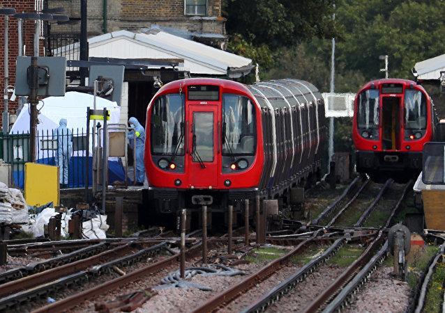 Investigatori forensi alla stazione della metro Parsons Green a Londra.