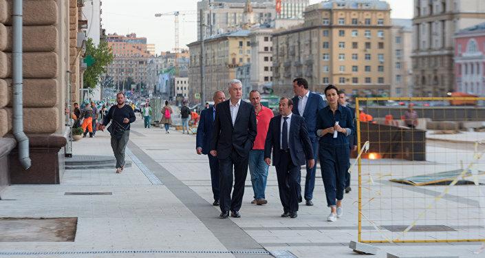 Il sindaco di Mosca, Sergey Sobyanin, ispeziona il cantiere di rifacimento dell'Anello dei Giardini di Mosca