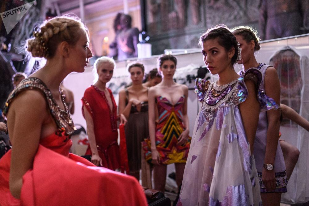 Modelle prima dell'inizio dell' Etno Art Fest 2017 a Mosca.