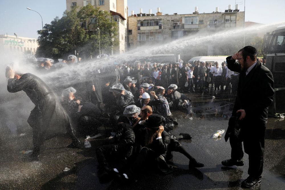 Scontri tra la polizia e gli ultraortodossi a Gerusalemme, Israele.