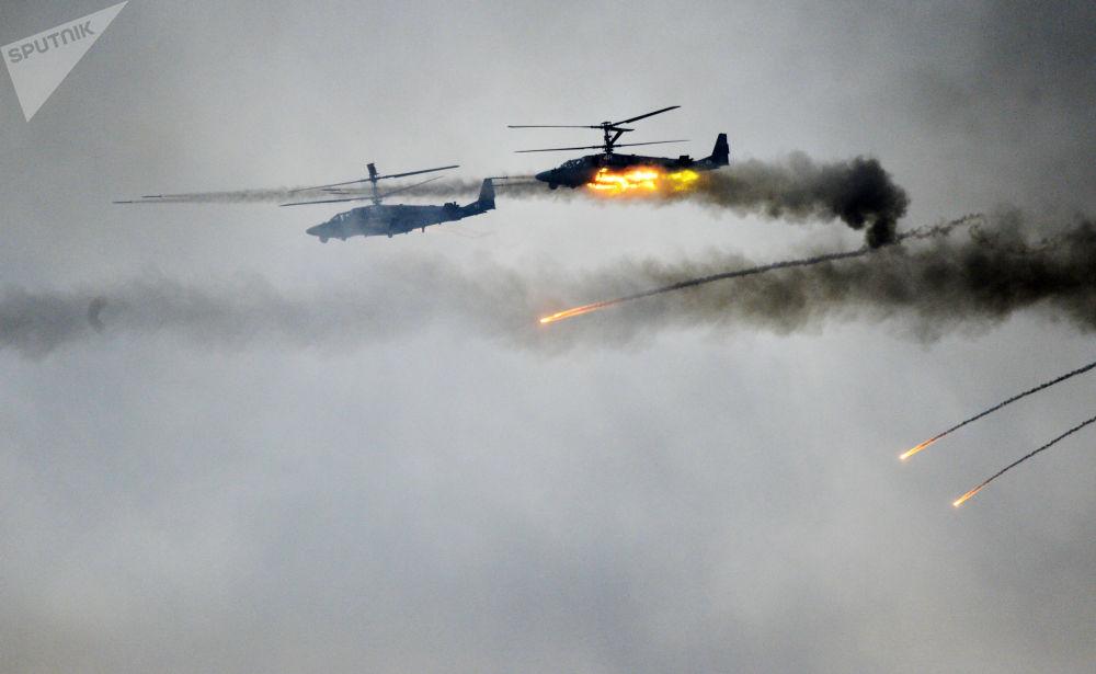Gli elicotteri Ka-52 durante le manovre ZAPAD-2017.