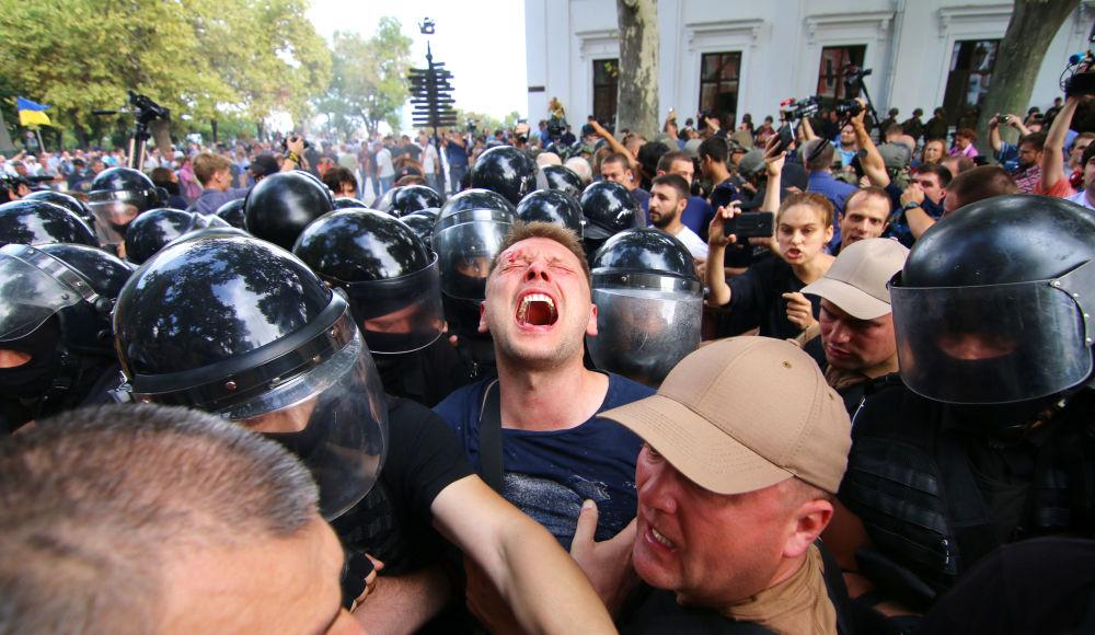 Gli scontri con la polizia durante le manifestazioni per le dimissioni del sindaco di Odessa, Ucraina.