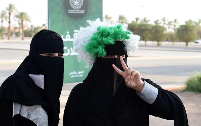 Cambio di rotta in Arabia Saudita: ora anche le donne possono accedere agli spalti dello stadio nazionale di Riyadh.