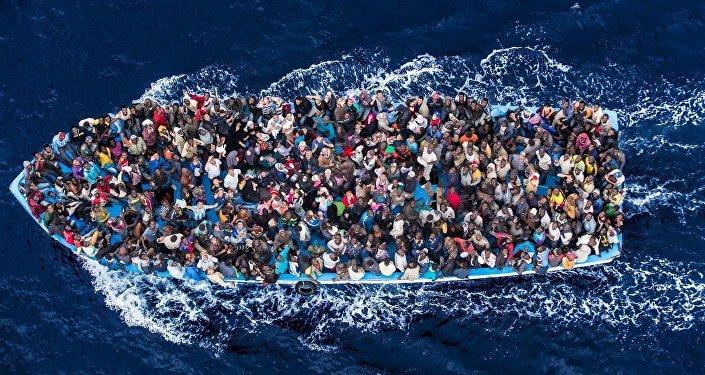 Barcone di migranti nel Mediterraneo