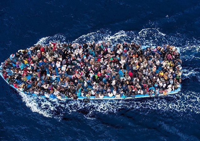 Barcone di migranti nel Mediterraneo (foto d'archivio)