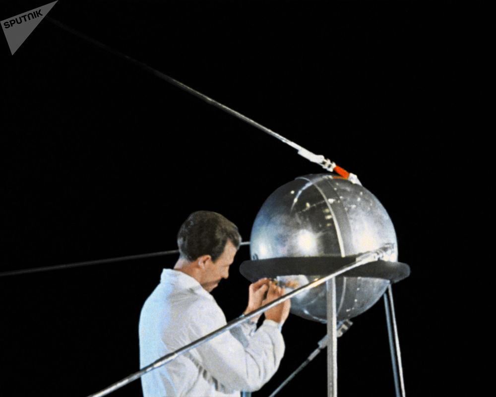 La preparazione per il lancio del satellite.