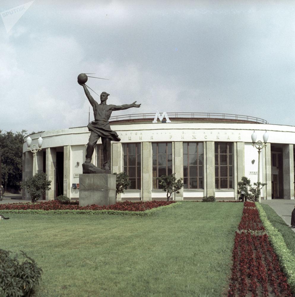 Il monumento ai Creatori del primo satellite della Terra a Mosca.
