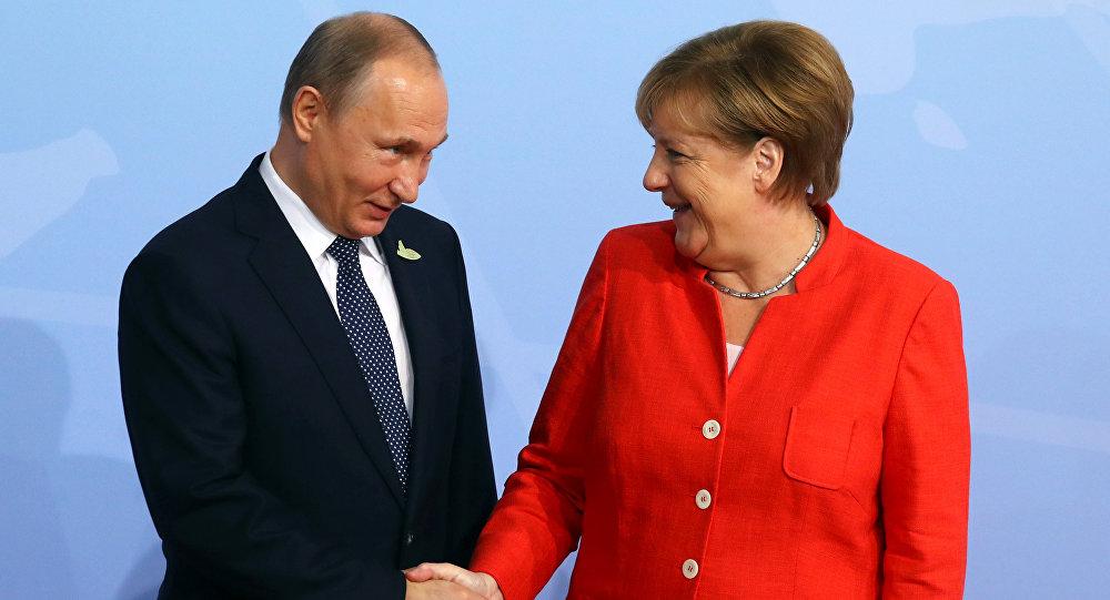 Angela Merkel e Vladimir Putin (foto d'archivio)