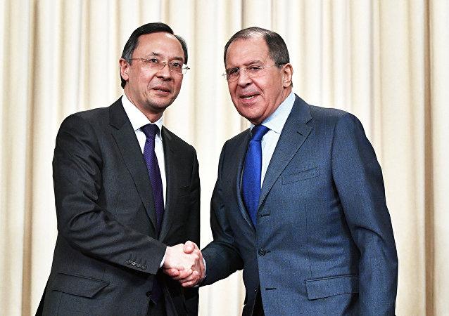 Il ministro degli Esteri russo Sergey Lavrov con la sua controparte kazaka Kairat Abdrakhmanov