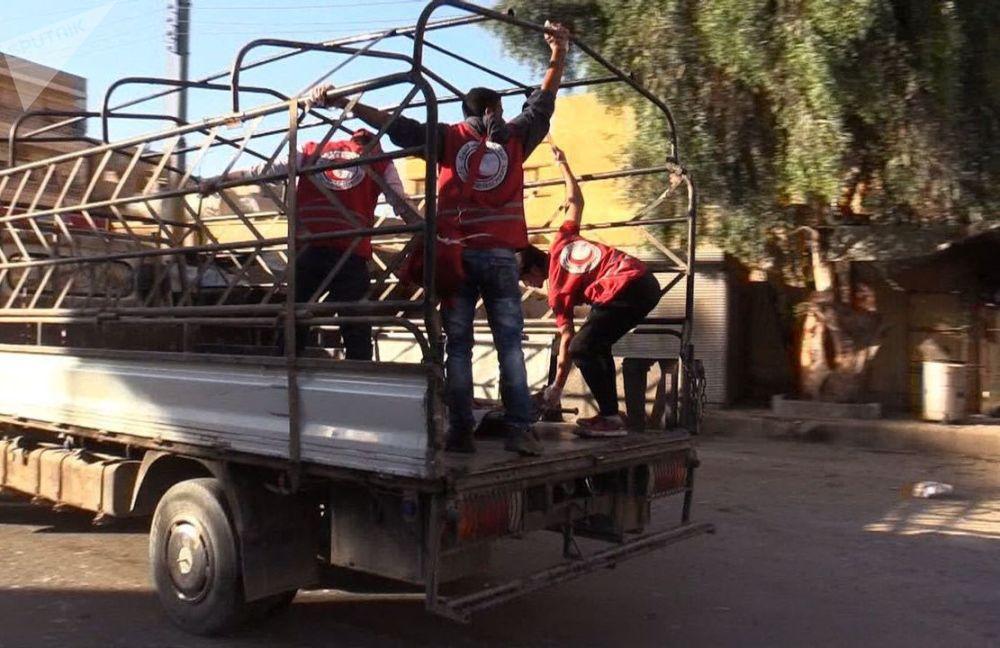 I collaboratori della Mezzaluna Rossa nel quartiere Al Qusur a Deir-ez-Zor dopo i bombardamenti.