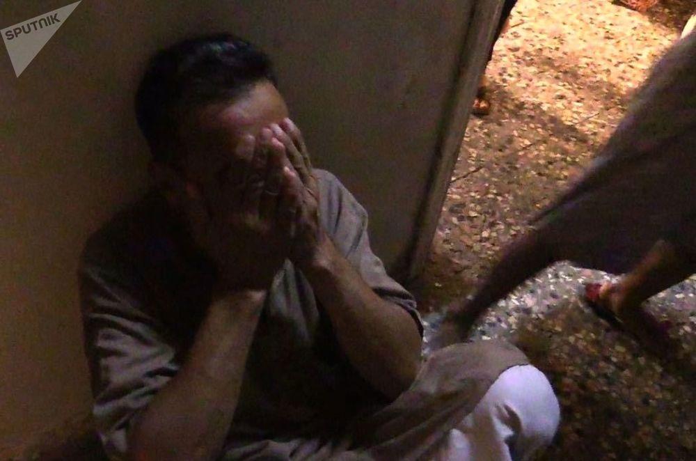 Un abitante del quartiere Al Qusur a Deir-ez-Zor dopo i bombardamenti.