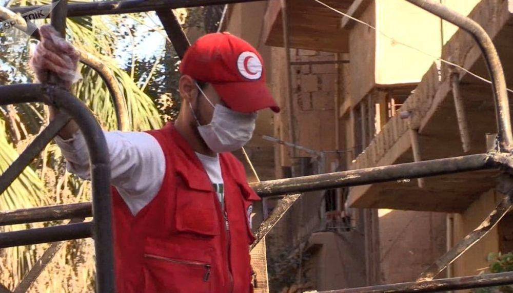Un collaboratore della Mezzaluna Rossa nel quartiere Al Qusur a Deir-ez-Zor dopo i bombardamenti.
