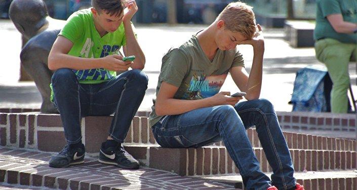 Giovani seduti sulle scale