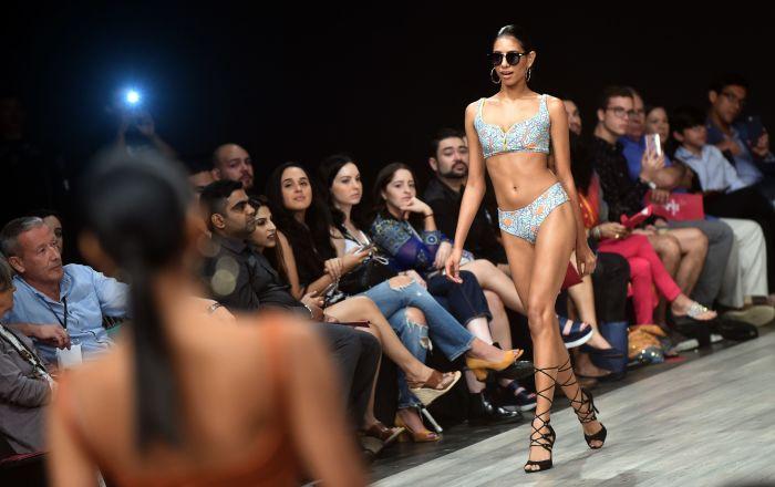 Una modella presenta la collezione dello stilista Flamants durante la Panama Fashion Week a Panama.